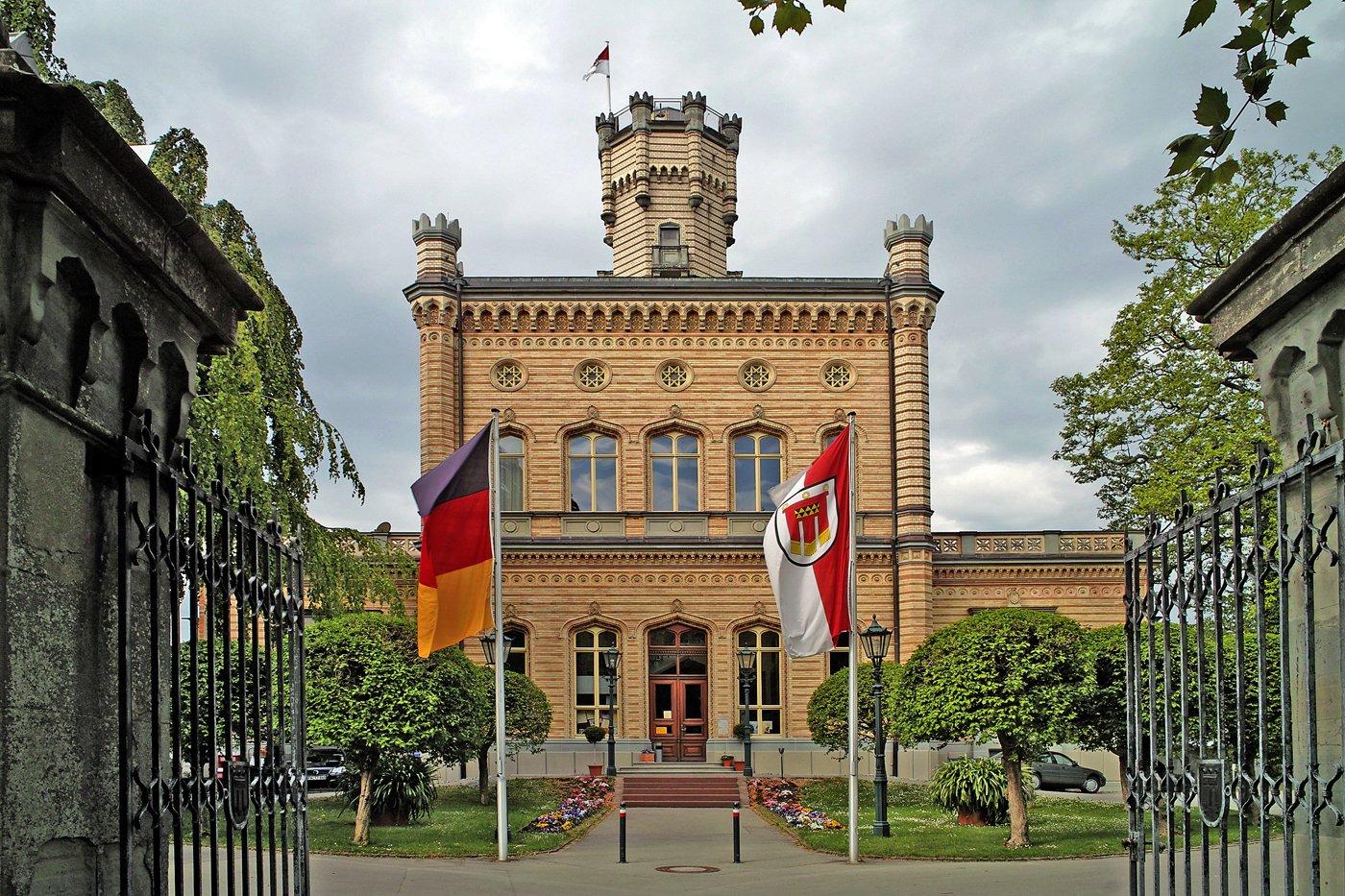 Das Schloss Montfort auf der kleinen Landzunge vor Langenargen, davor ein Fischernetz im Wasser.