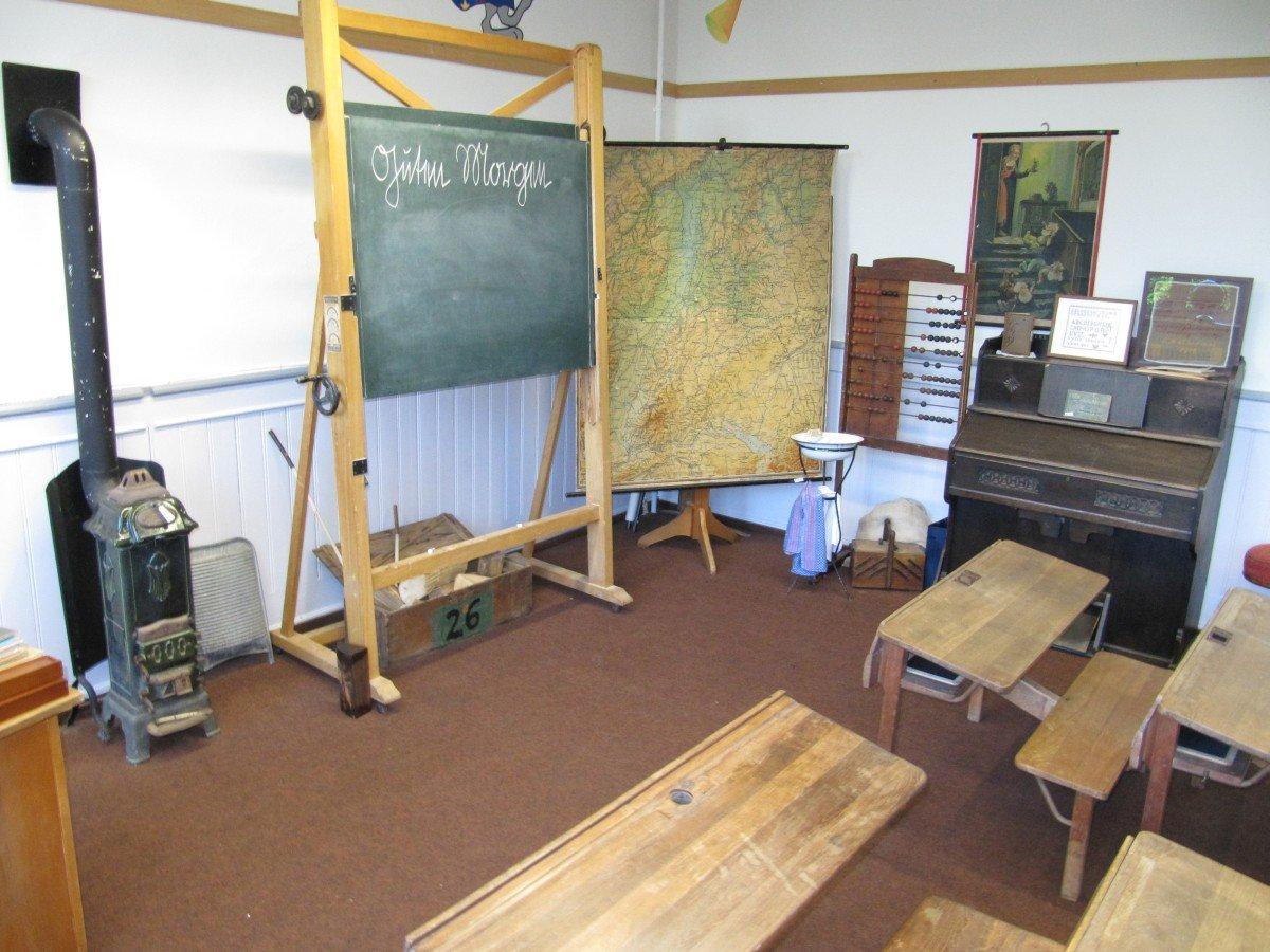Klassenzimmer Tafel und Bänke