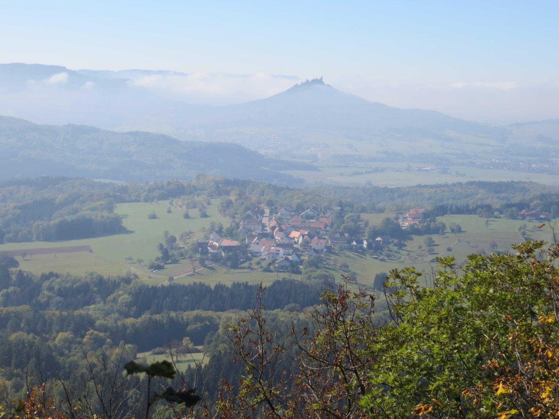 Blick vom Dreifürstenstein Richtung Hechingen und Burg Hohenzollern