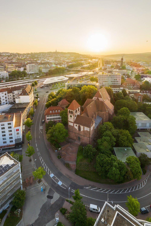 Eine Luftaufnahme von der Schlosskirche am Schlossberg