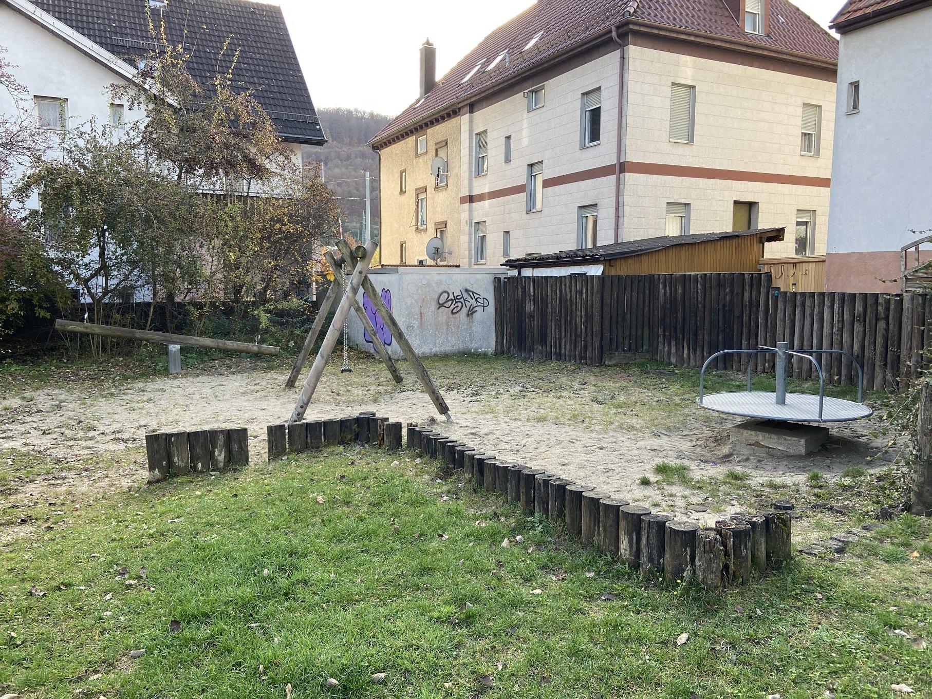 Spielplatz Hardtstraße-Viel Platz zum toben für die Kinder!