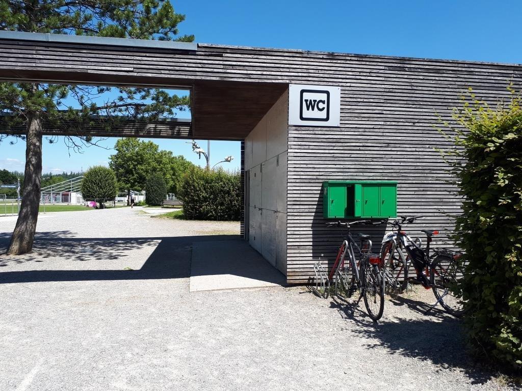 E-Bike Ladeboxen am Toilettengebäude