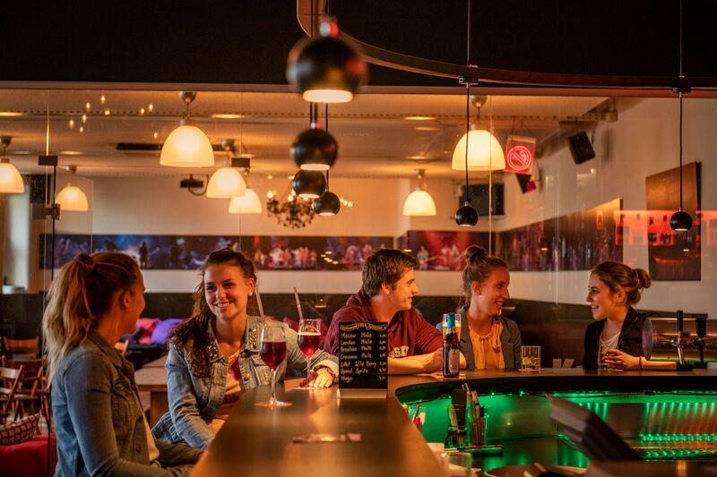 Feiern mit Freunden in der Kula-Bar