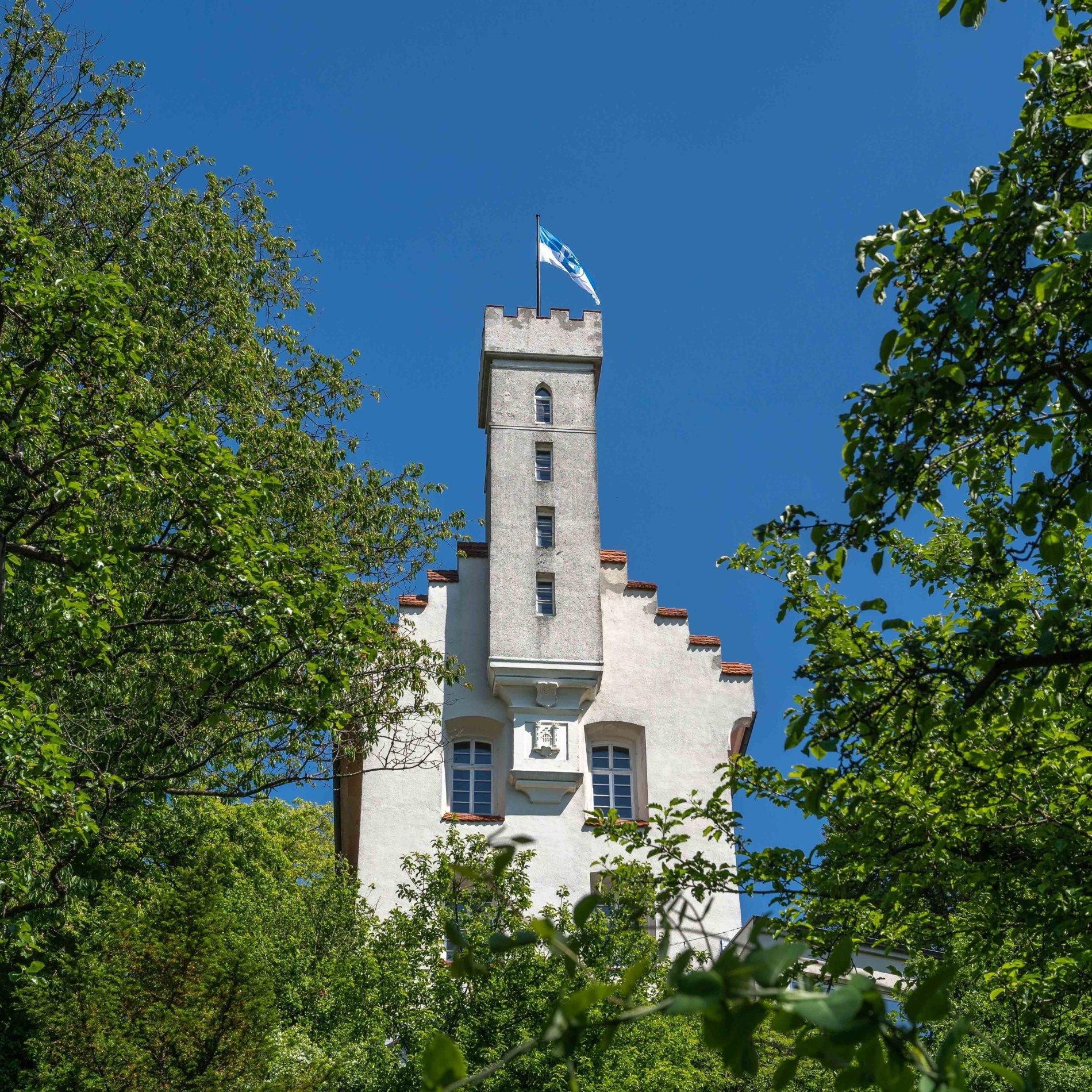 Die Veitsburg von vorn. Gut ersichtlich ist der Turm der Burg mit der Ravensburger Flagge.