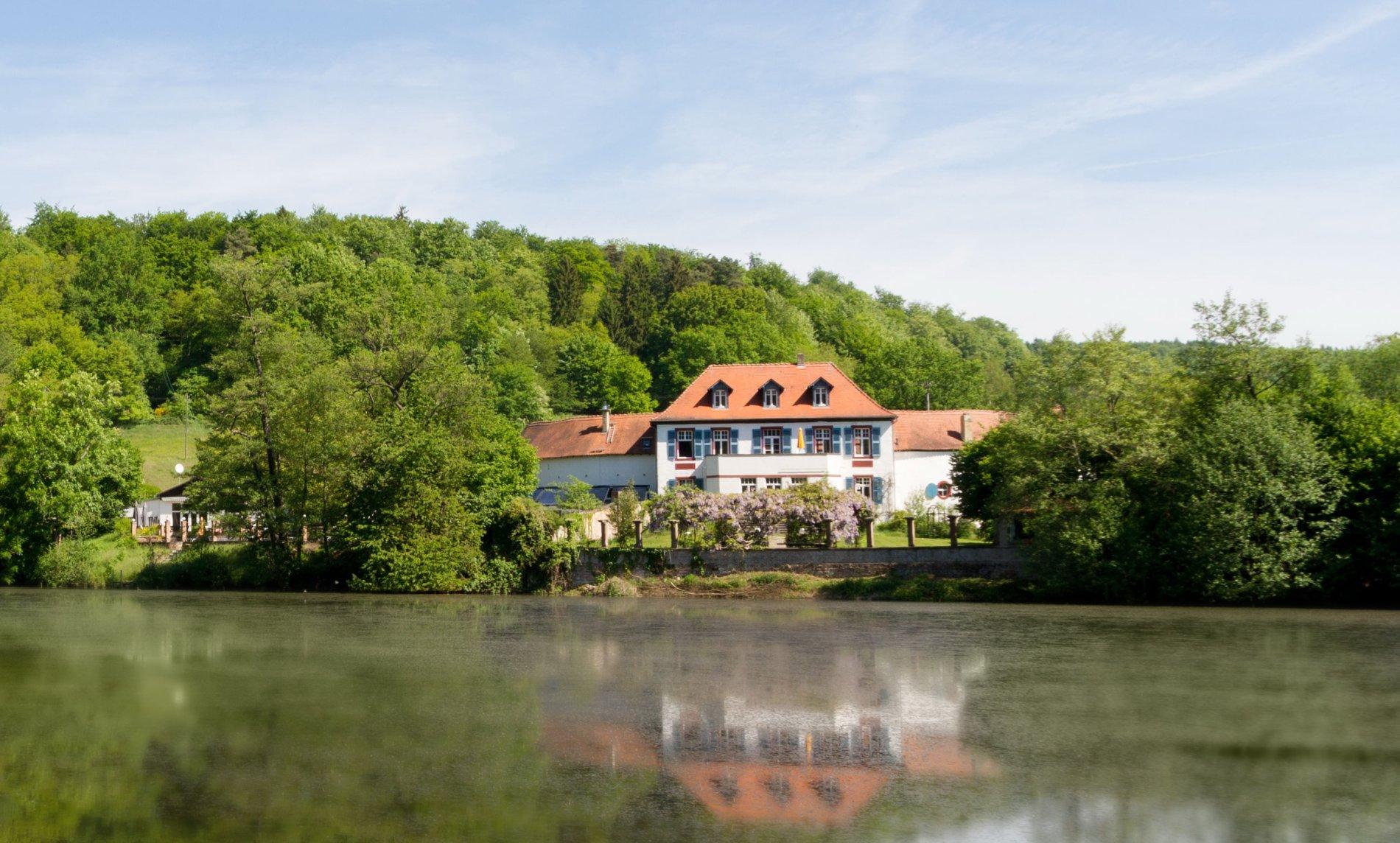 Blick auf das Hotel Annahof am Würzbacher Weiher in Blieskastel-Niederwürzbach