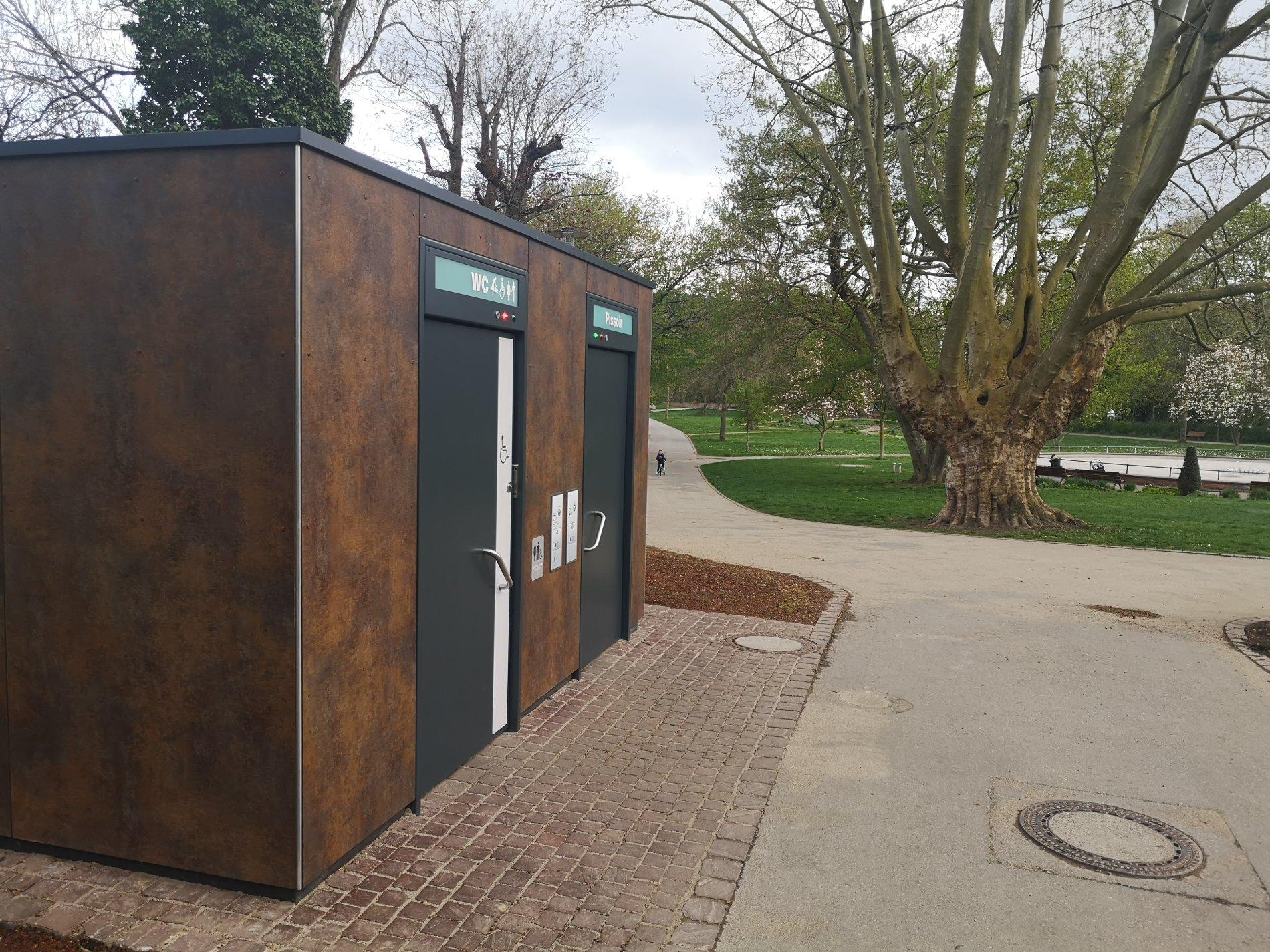 Sauberes, öffentliches WC im schönen Stadtgarten