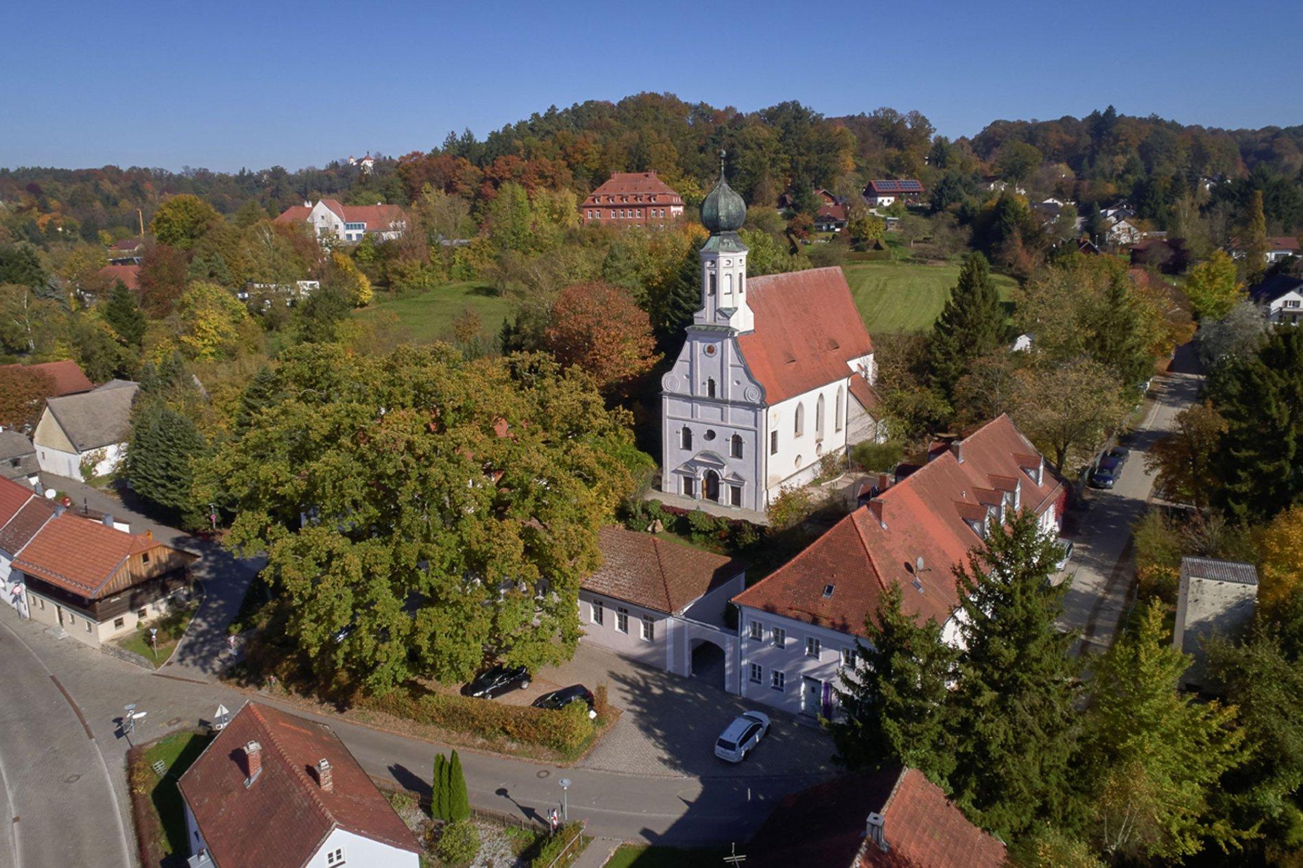 Die Marktkirche Ortenburg von oben