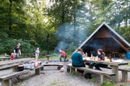 offene Grillhütte mit Spielplatz