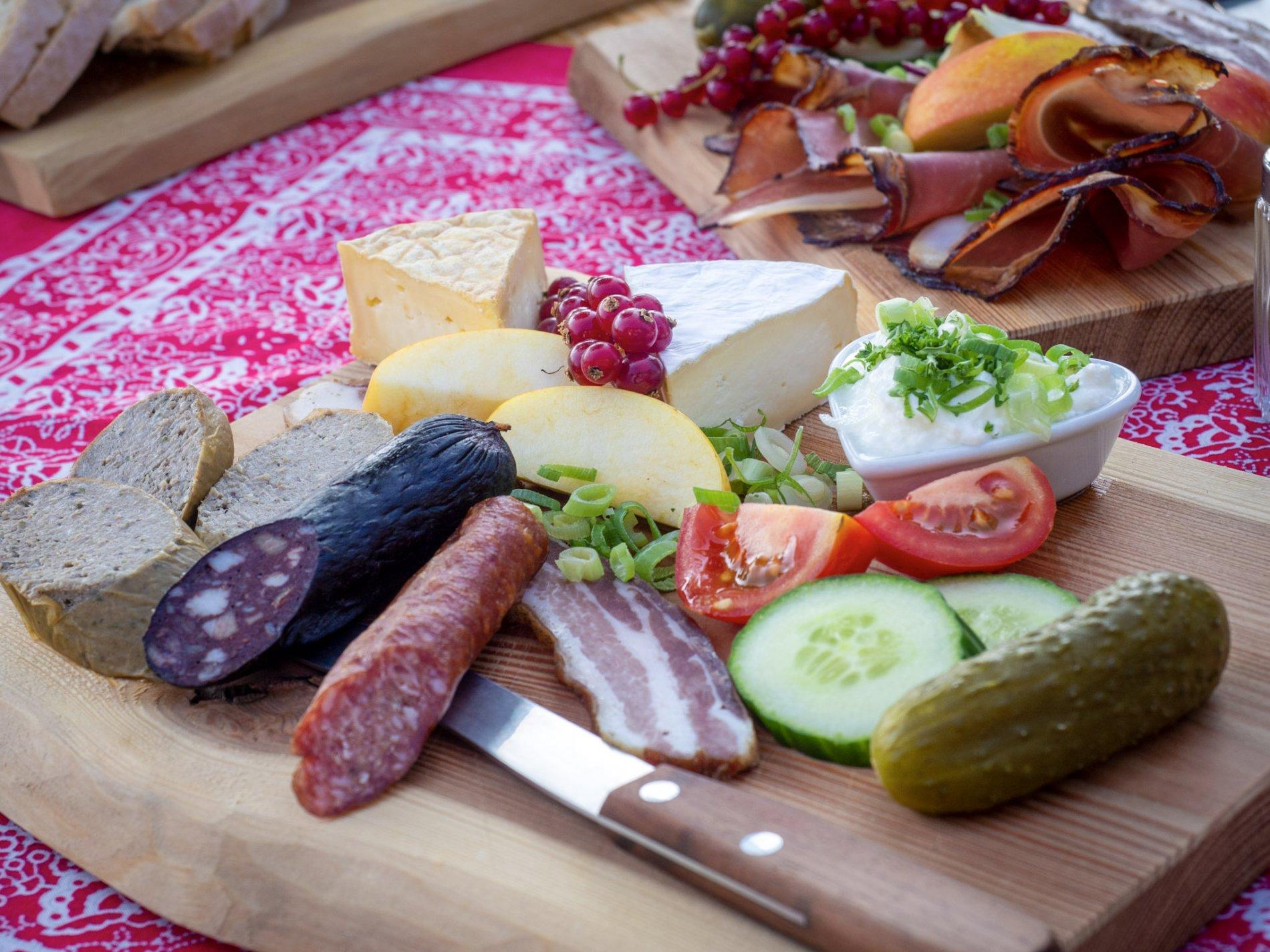 Heimische Wurst- und Käsespezialitäten serviert auf Vesperplatte