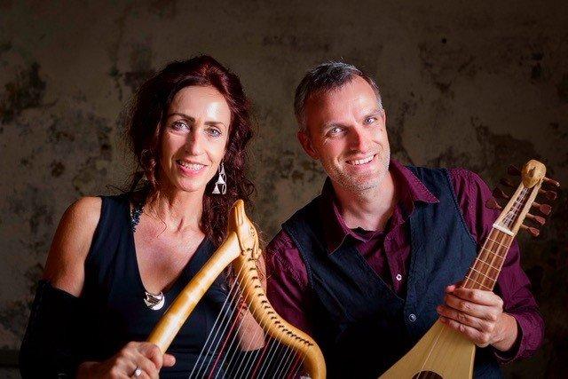 Sabine Lindner und Dominik Schneider mit Instrumenten