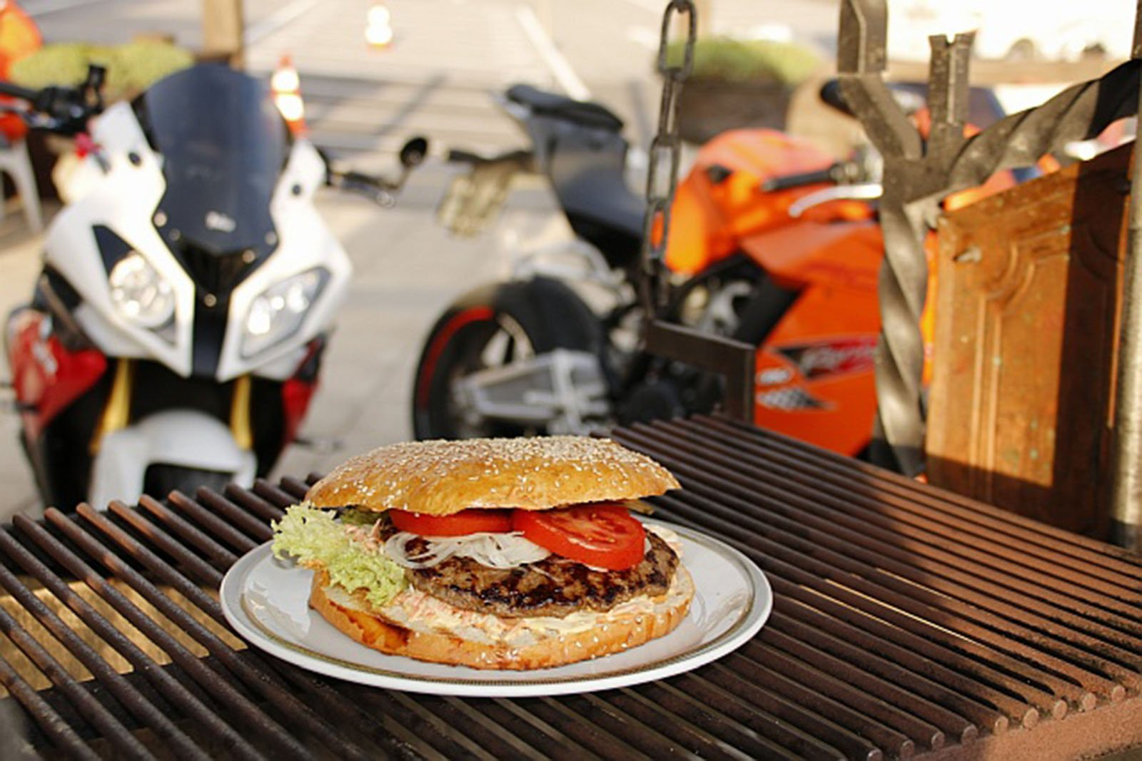 Am Töff Treff im Arvenbüel gibt es den Big Büel Burger