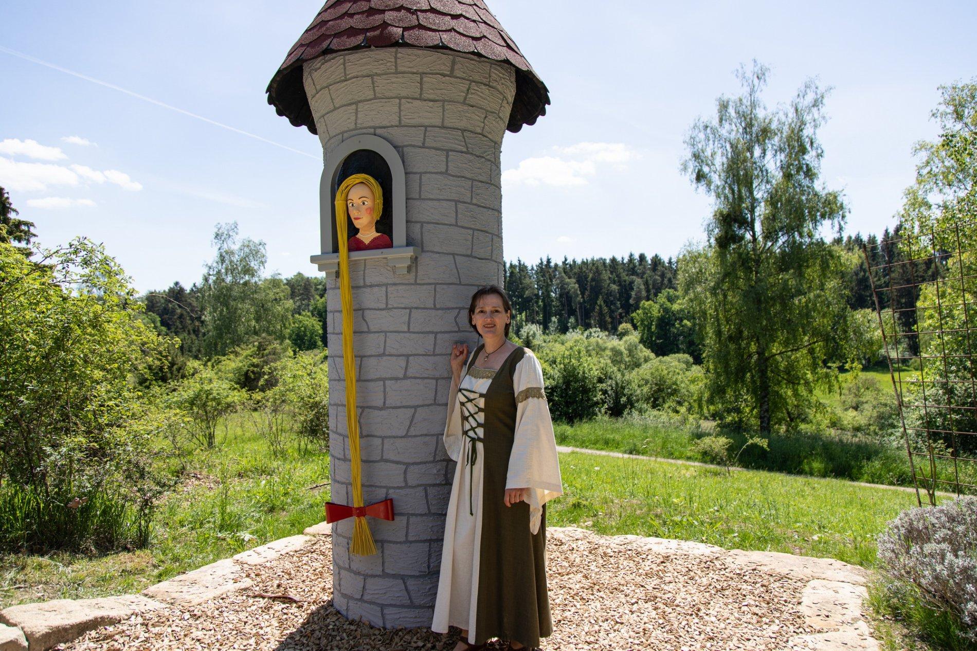 Figur Rapunzelam Märchenpfad Hechingen mit Sigrid Maute Märchenerzählerin