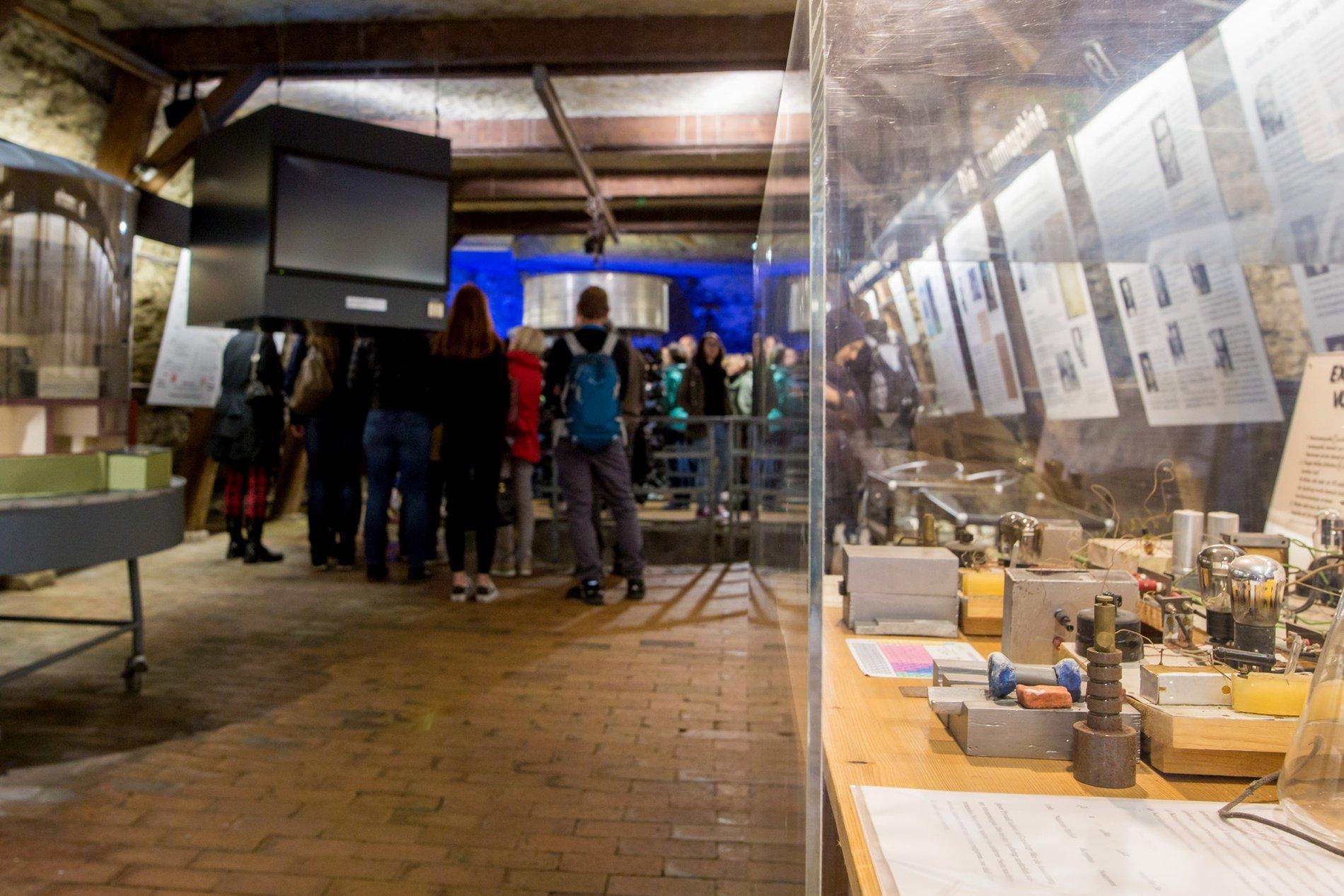 Atomkeller-Museum mit einer Besuchergruppe