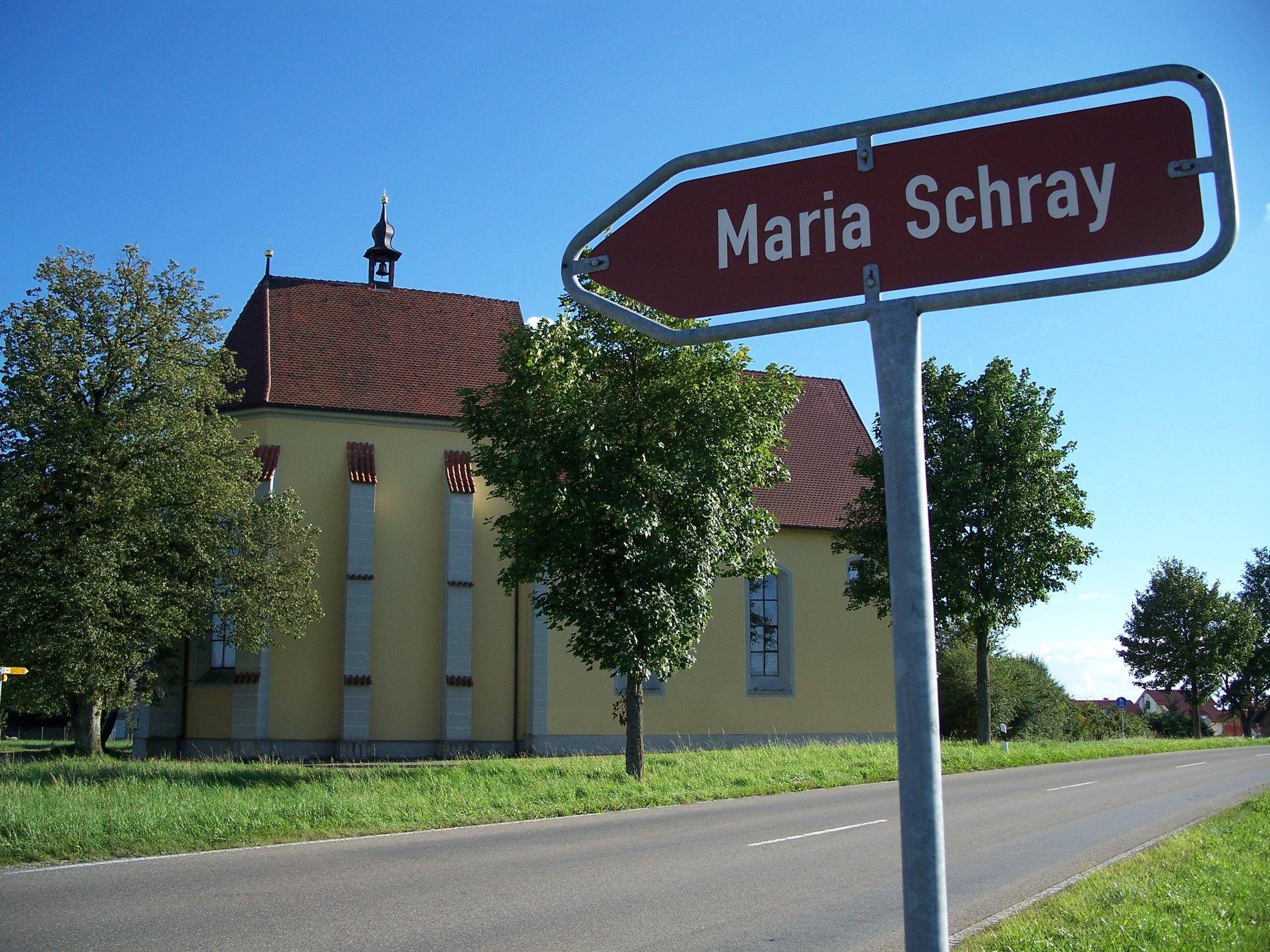 Wallfahrtskirche Maria Schray von außen mit Wegweiser