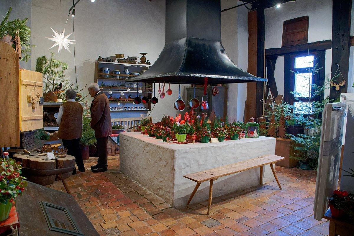 weihnachtlich dekorierte historische Küche
