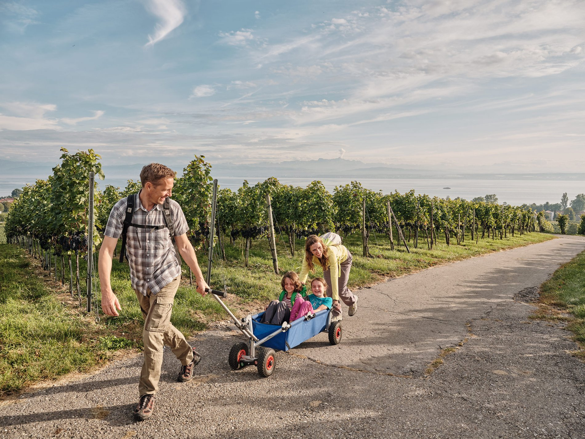 Familie mit Bollerwagen