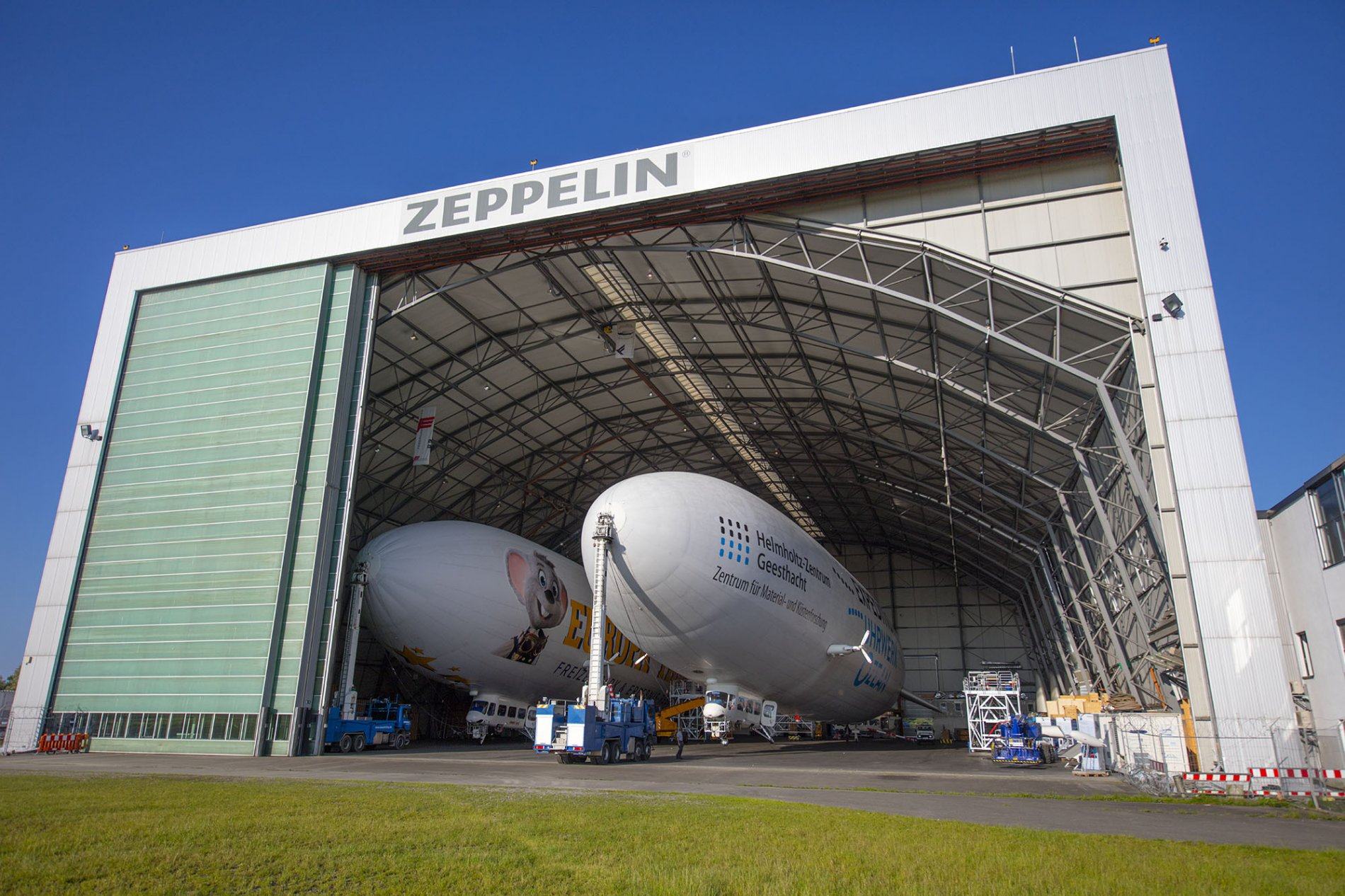 Geöffnetes Tor des Zeppelin Hangar mit Zeppelinen
