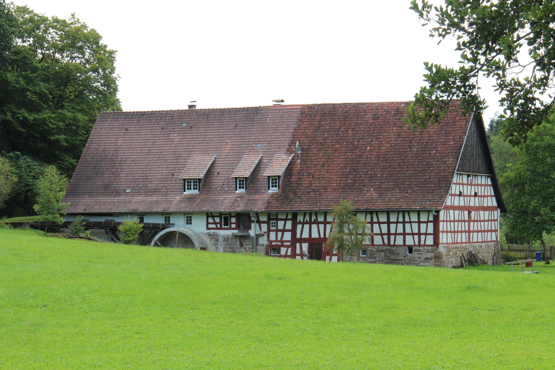 Historisches Fachwerkhaus mit Mühlrad