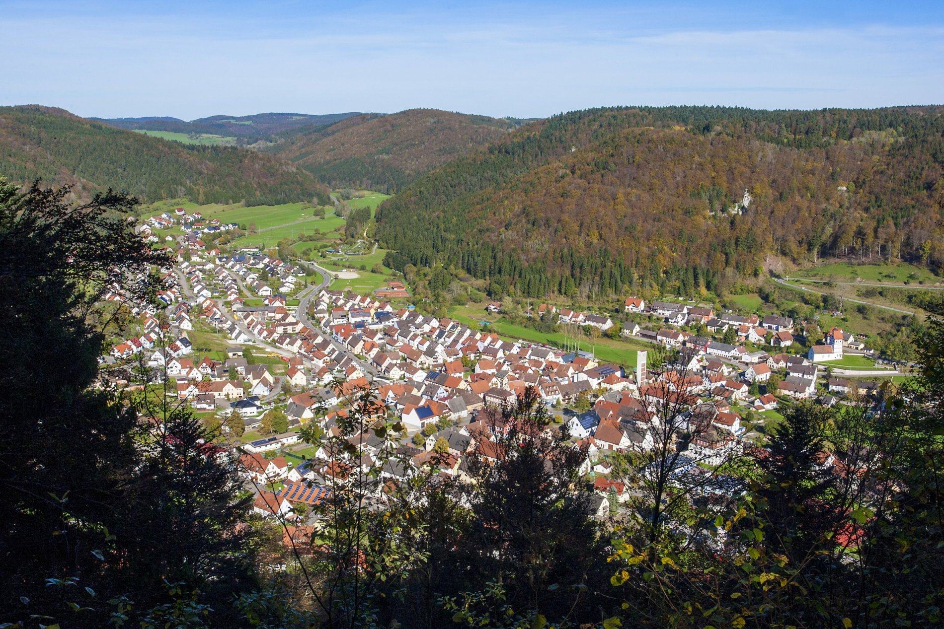 Blick auf Nusplingen, das Bäratal und bewaldete Hügel