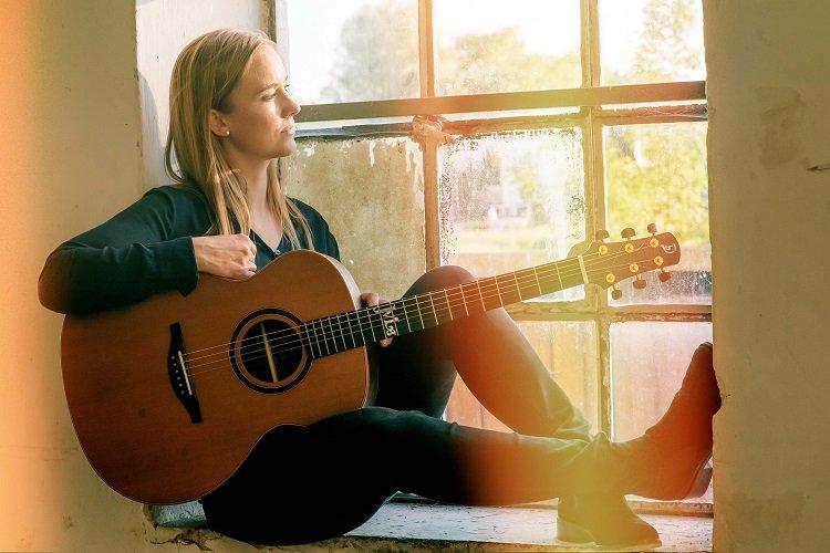 Jule Malischke und Gitarre