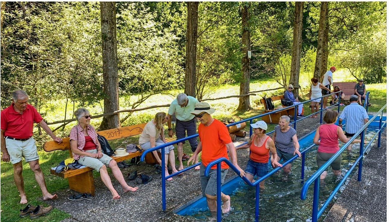 Personengruppe an der Wassertretanlage