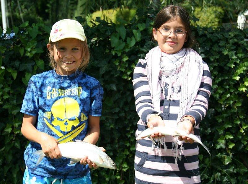 Vereinskinder mit Fischen