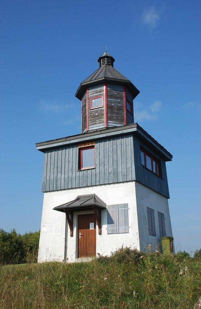 Ein Turm mit einer blauen Holzvertäfelung