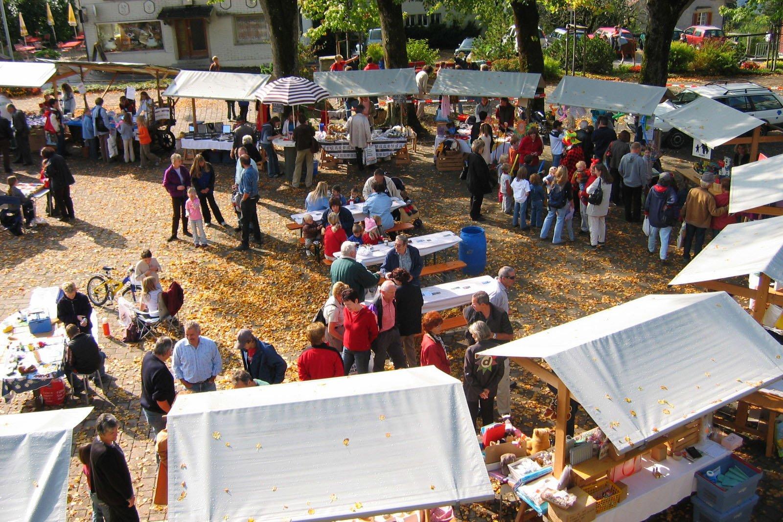 Der herbstliche Markt im Dorfzentrum von Amden SG