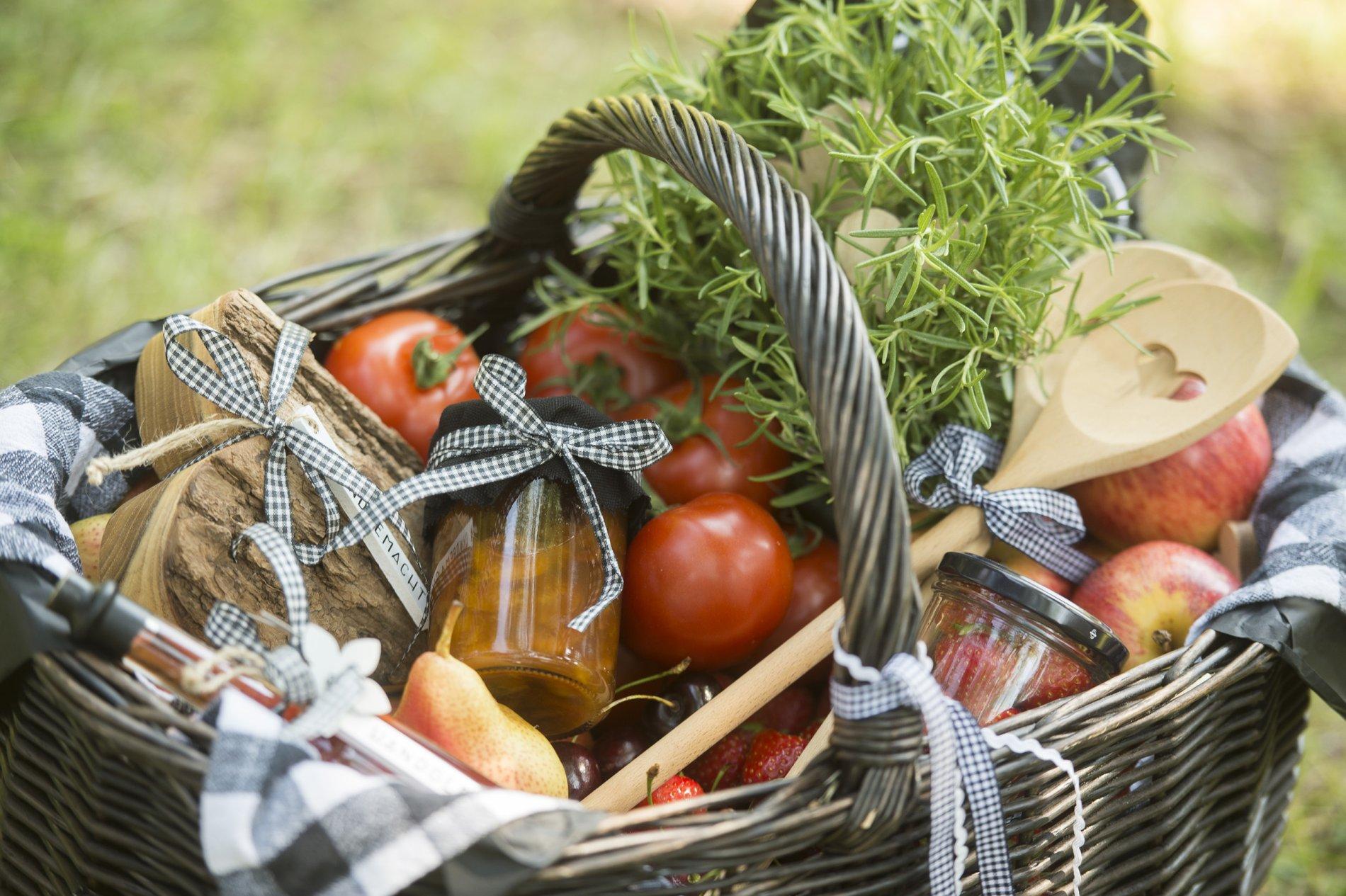 Korb mit Produkten aus der Biosphäre Bliesgau