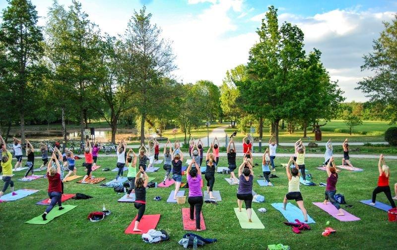 Yoga im (Kur-)Park - Entspannung im Grünen