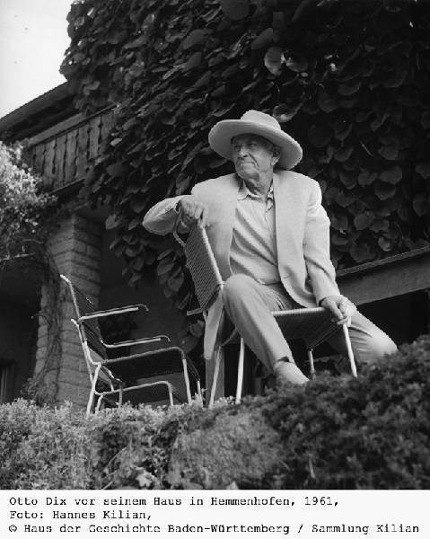 Otto Dix vor seinem Haus in Hemmenhofen, 1961, Foto: Hannes Kilian