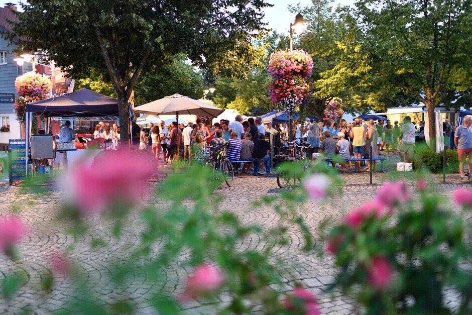 Abendmarkt auf dem Lindenplatz in Wasserburg (Bodensee)