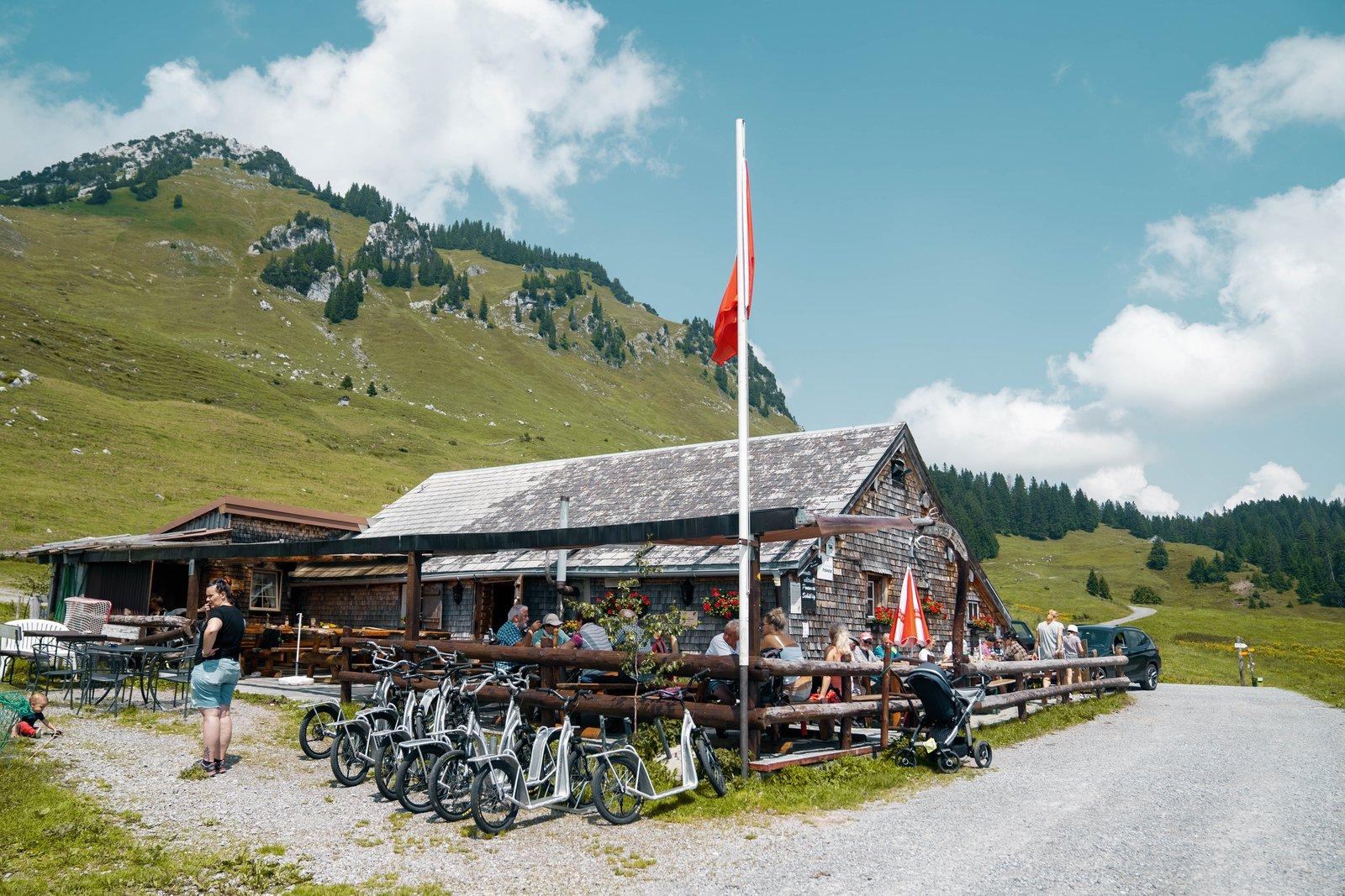 Im Alpstübli Strichbode geniesst man neben einer leckeren Mahlzeit auch eine schöne Aussicht.