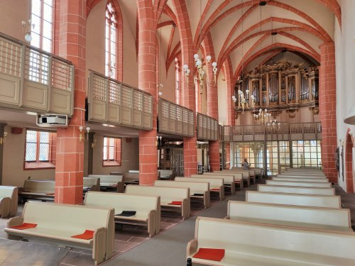 Blick in den Innenraum der Stadtkirche Treysa