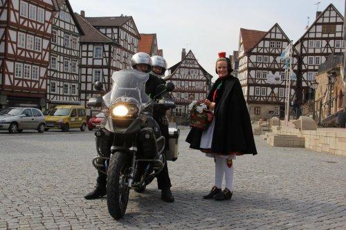 Motorradfahrer und Rotkäppchen in Homberg (Efze)