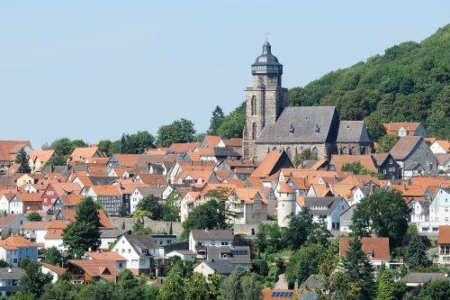 Reformationskirche St.Marien überragt die Dächer der Stadt Homberg (Efze)