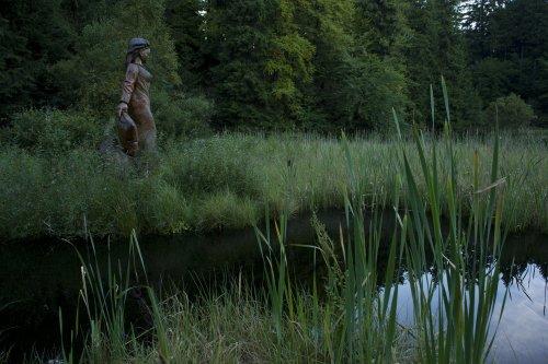Frau-Holle-Statue am Frau-Holle-Teich