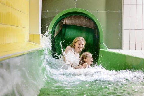 Spaß in der Rutsche des Husum Bad