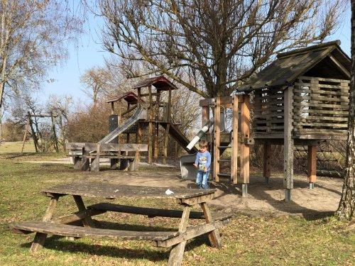 Verschiedene Spielgeräte und Sitzgruppen auf dem Spielplatz Burgweiler