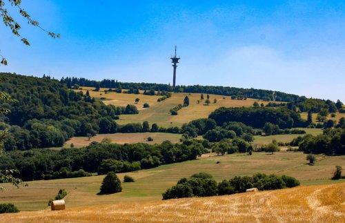 Blick auf die Felder  und den Eisenberg