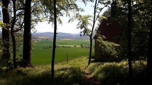 Blick vom Waldrand bei Bad Emstal Riede Nähe Kapelle und Schloss