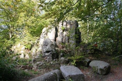 Habichtswaldsteig hinter Basaltfelsen am Silbersee