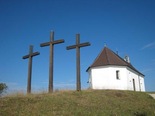 Kapelle auf dem Kornbühl mit drei Kreuzen