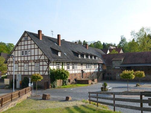 Blick vom Parkplatz auf Fachwerkgebäude des Klostermuseum Merxhausen