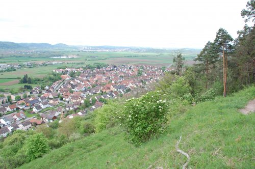 Blick ins Tal auf eine Ortschaft.