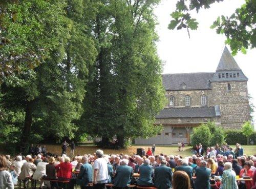 Menschen im Klostergarten Spieskappel
