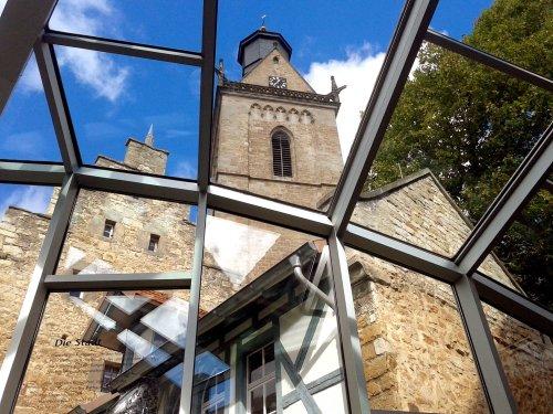 Blick aus dem Museumsfoyer auf die Kilianskirche