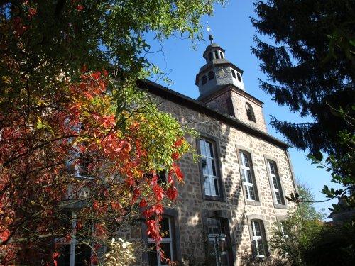 Evangelische Kirche Niederaula mit Herbstlaub