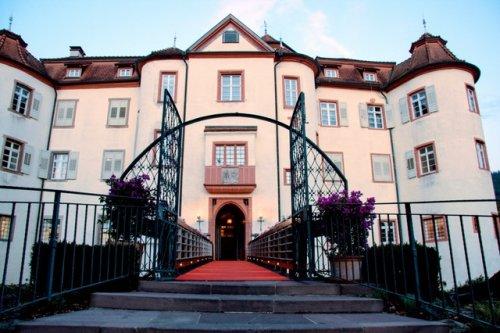 Außenansicht und Eingangstor Schloss Neuweier