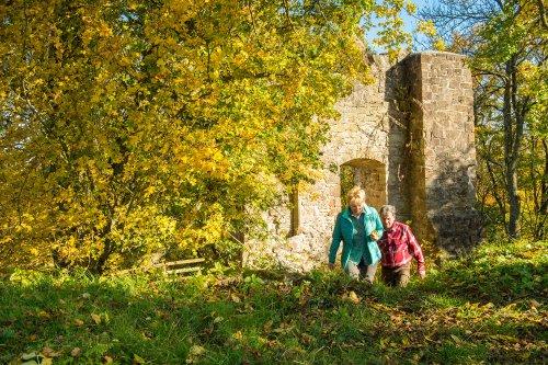 Wanderer auf dem Habichtswaldsteig auf Burg Falkenstein